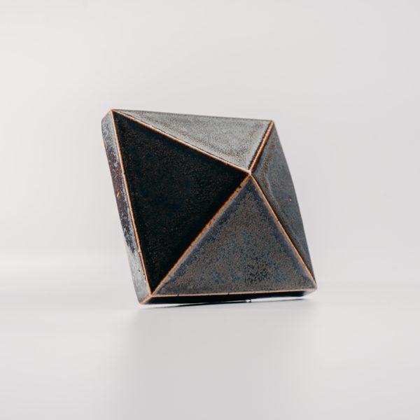 Piramis csempe fekete sárgaréz patina - black brass patina